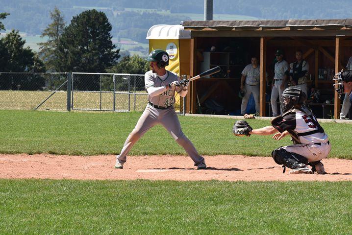Spieler der Sissach Frogs schlägt einen Baseball